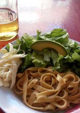 Fetuccini artesanal con ensalada y aderezo de romero y albahaca