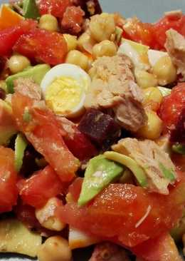 Ensalada de garbanzos, tomate y aguacate