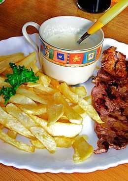 Bistec de ternera con salsa de queso azul y patatas fritas - fácil