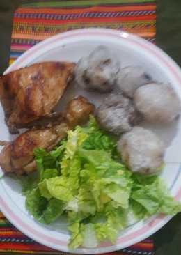Pollo dorado acompañado con chuño blanco y ensalada