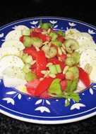 Mozzarella de búfalo con tomates, pencas de apio y piñones