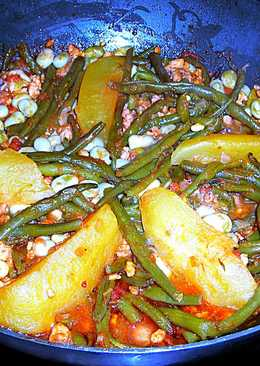Guiso dejudías verdes con soja texturizada granulada, patatasy mini habitas