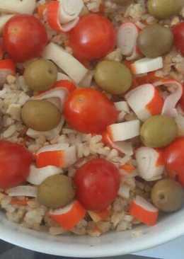 Ensalada de arroz con aceitunas y cherry