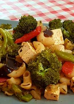 Tofu marinado con pasta y vegetales