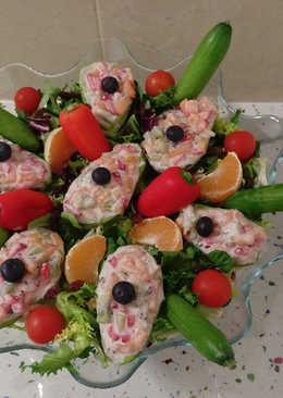 Aguacates rellenos de fruta y ensalada tropical