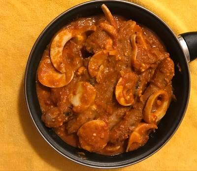 Salchichas frescas con tomate y huevo