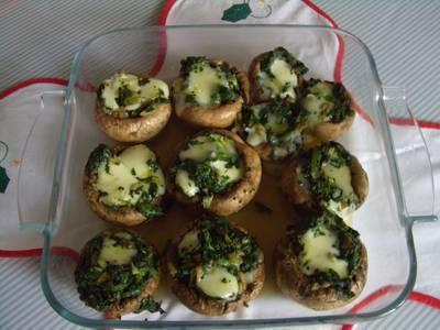 Champiñones rellenos con verdura y queso