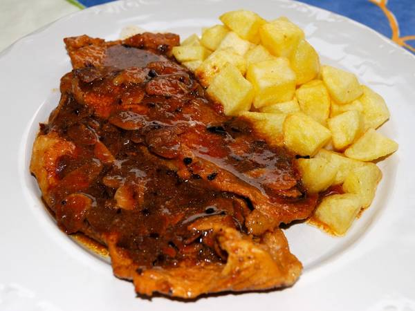 Filetes de cerdo en salsa de almendras y vino dulce