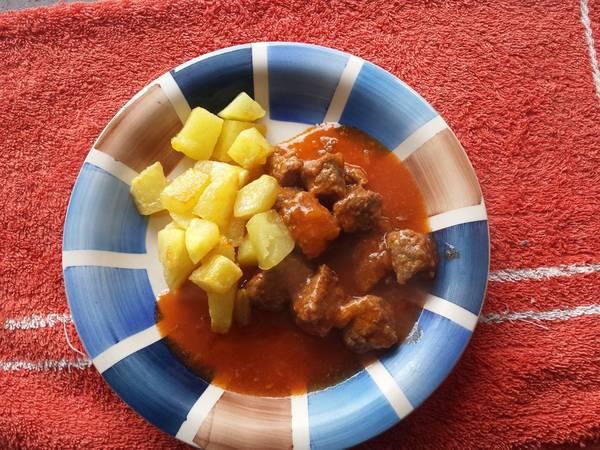Carne guisada con tomate