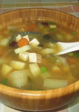 Consomé de tofu ahumado con miso, alga wacame y setas shiitake