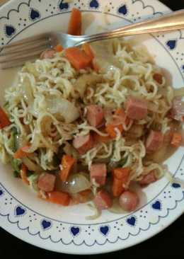 Fideos chinos de pollo con verduras y salchichas