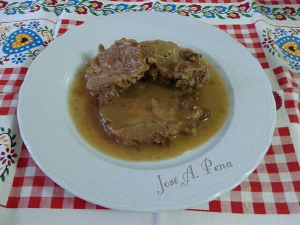 Cabeza de lomo de cerdo en salsa