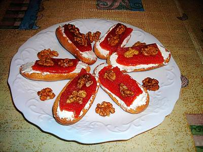 Panecillos integrales crujientes con queso crema, membrillo y nueces