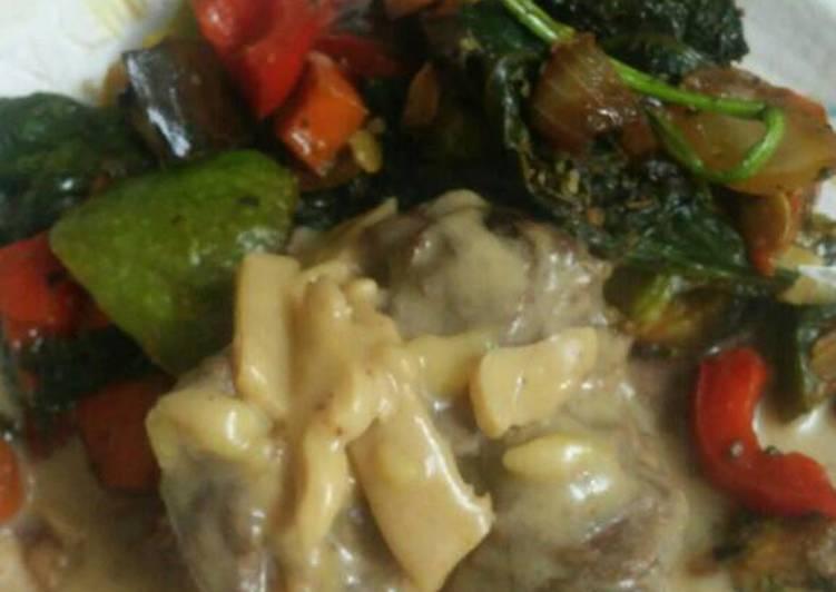 Carne a la crema de queso y champiñón con salteado de verduras