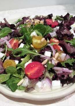 Ensalada variada con queso fresco, tomatitos cherry y piñones