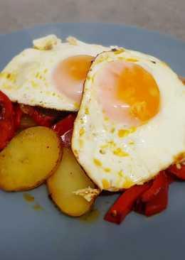 Papas a lo pobre con huevos fritos