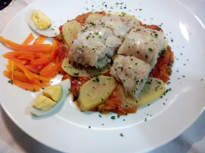 Merluza con pisto, patatas, huevo y zanahoria
