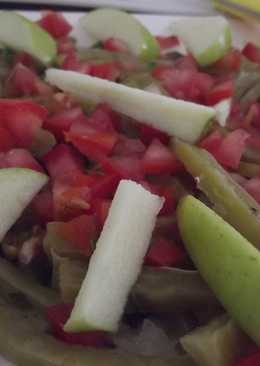 Ensalada de nopales y manzana verde con aderezo de hierba santa