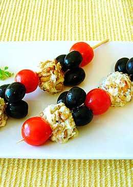 Pintxos con queso de cabra, tomatitos cherry y olivas negras