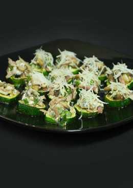Canapés con base de calabacín y revuelto de verduras y bacon