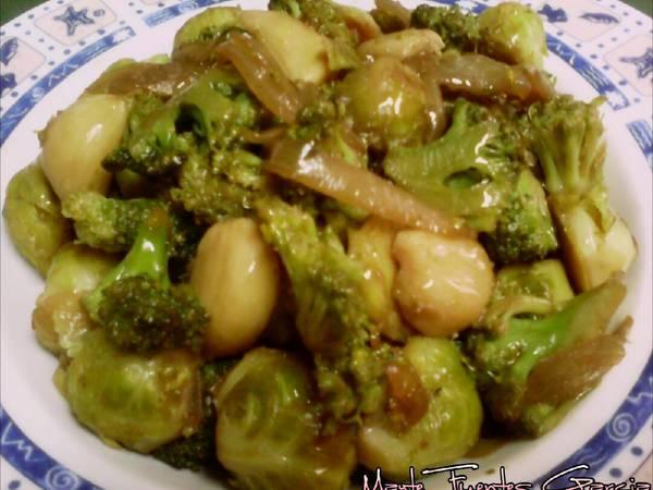 Brócoli y coles de Bruselas en wok