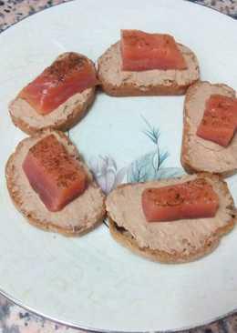 Canapés de foie de pato y salmón marinado