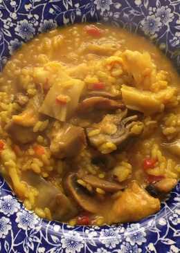 Arroz meloso con bacalao, gambones, alcachofas y champiñones