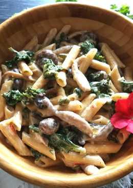 Macarrones integrales con variedad de setas chinas y col kale