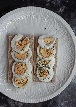 Huevo duro especiado con tostadas de trigo sarraceno