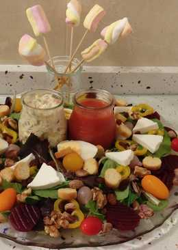 Ensalada de brotes con ensaladilla rusa, sopa de tomate, frutos secos y esponjas dulces