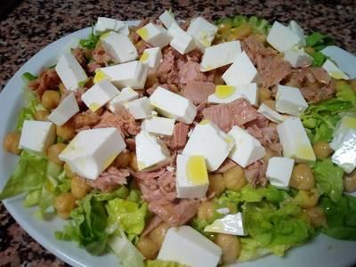 Ensalada de garbanzos, queso fresco y atún