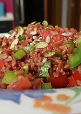 Ensalada de arroz rojo y pimiento verde