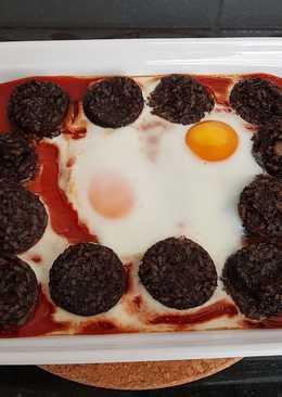 Morcilla con tomate y huevos al horno