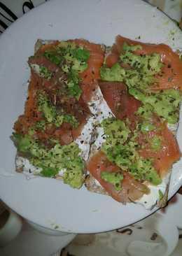 Pan wassa con queso de untar light, salmón ahumado y aguacate