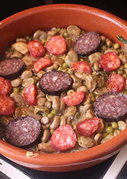 Habas con chorizo y morcilla de Burgos (España)