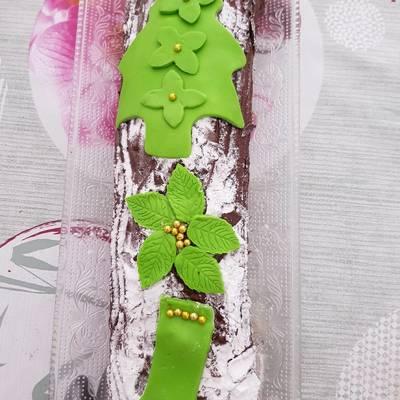 Brazo de gitano de chocolate y adornos de navidad