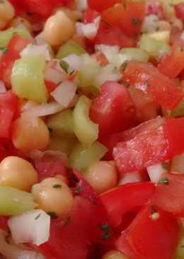"""""""Trampó mallorquín"""",ensalada de verduras y garbanzos aliñada con Agua de Mar"""