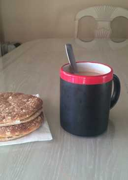 Café y panecillos con queso y mermelada