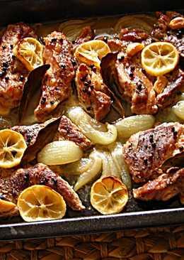 Collo de cerdo con limones y cebolla en el horno