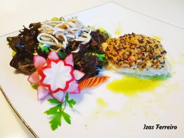 Merluza con costra de quinoa y ensalada de gulas