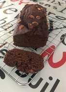 Bizcocho de chocolate y pistachos por encima. Apta para diabetes