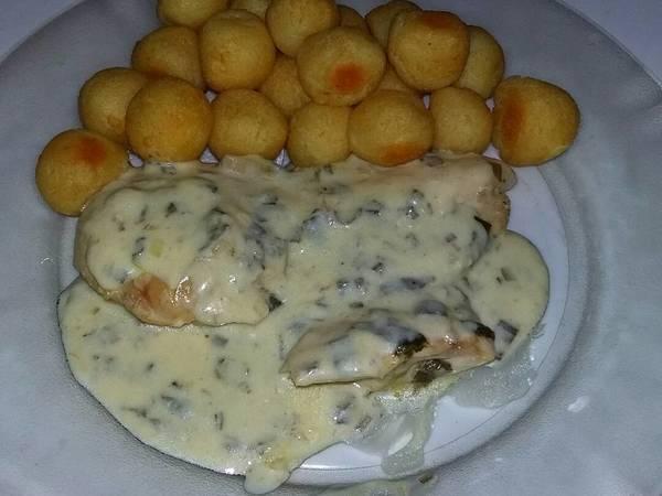 Supremas de pollo al verdeo con papas noisette