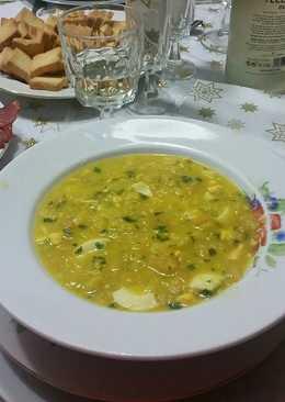 Sopa de cocido con pan, perejil, azafrán y huevo