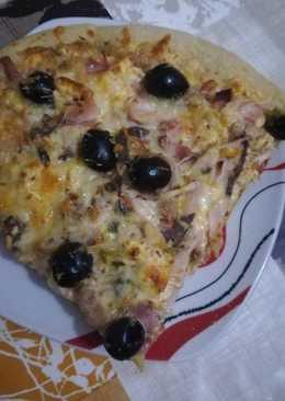 Pizza con queso de las finas hierbas en la panicadora del Lidl