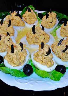 Huevos rellenos con atúnsobre lechuga y mayonesa casera