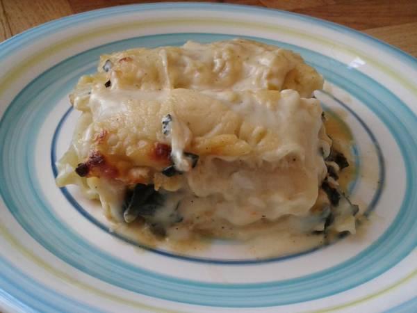Lasaña de espinaca, mix de verduras, pollo y queso de cabra