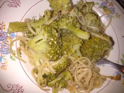 Salteado de brócoli y fideos