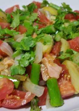 Ensalada tibia veraniega con espárragos y salmón para cena ligera