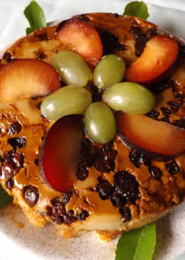 Pastel de nata y bizcocho con frutas rojas, uvas y ciruelas