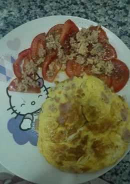 Tortilla de atun jamon york y queso con tomate rajao